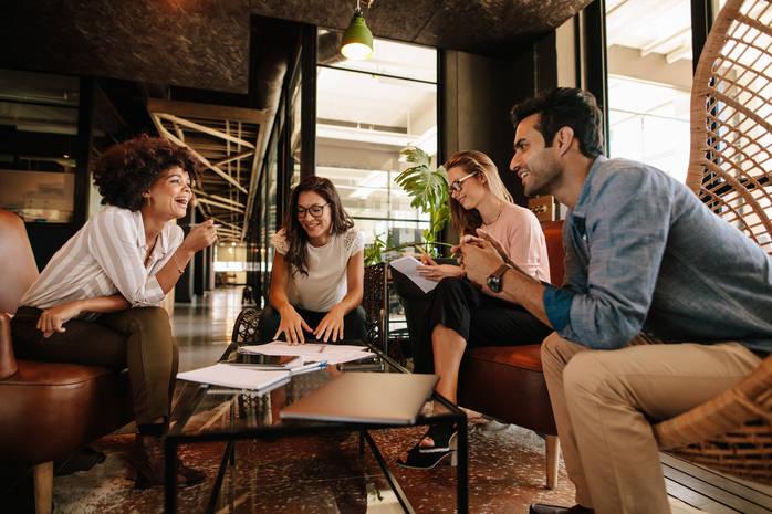 Дружба с шефом: преимущества и последствия