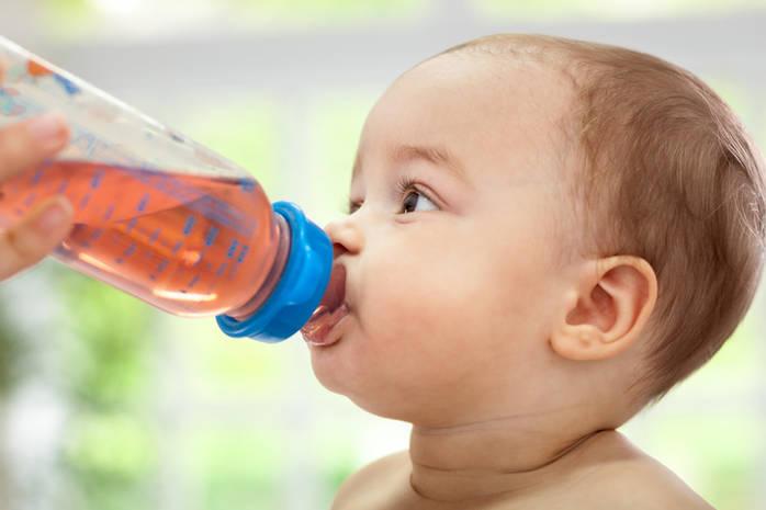 6 напитков, которые нельзя давать ребенку до года