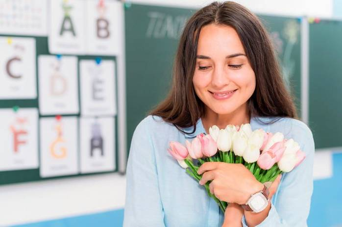 Что подарить на День учителя: 5 небанальных идей для подарков в карантин