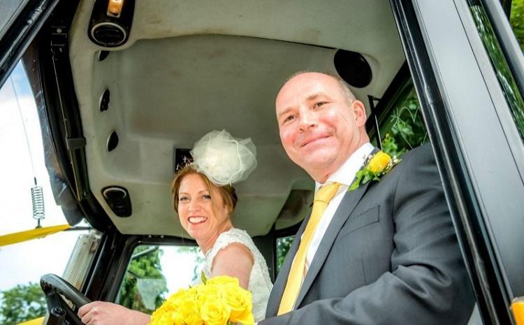 chtoby-vyyti-zamuzh-nevesta-dobiralas-na-sobstvennuyu-svadbu-na-traktore-foto2