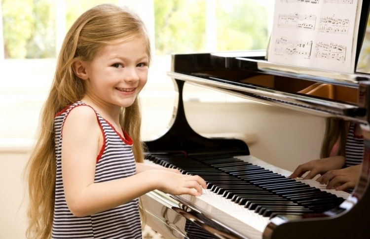 rebenok_i_pianino_001024661_750x484