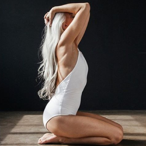 mama-babushka-model-61-letnjaja-jasmina-rossi-demonstriruet-shikarnuju-figuru-3