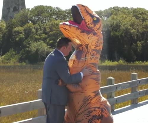 nevesta-prishla-na-svoyu-svadbu-v-kostyume-dinozavra-foto-video-2