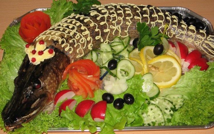 fish_pike_laying_tray_mayonnaise_salad_garden_radish_tomato_hot_5766_3840x2400_750x469