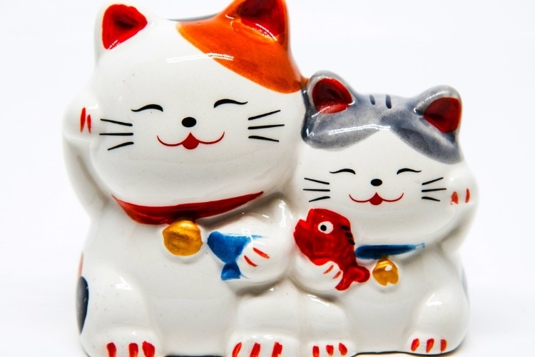 ceramic-japanese-welcoming-cats-or-lucky-cat-picture-id963089868