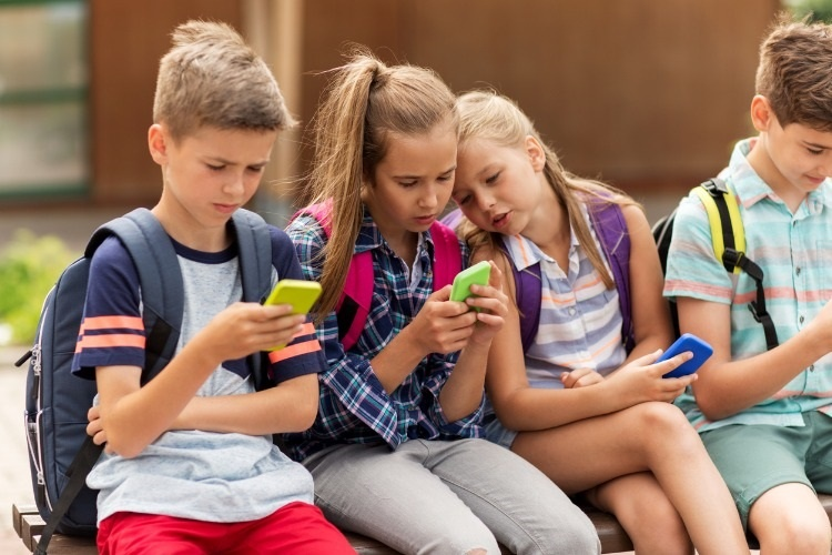 elementary-school-students-with-smartphones-picture-id607266570