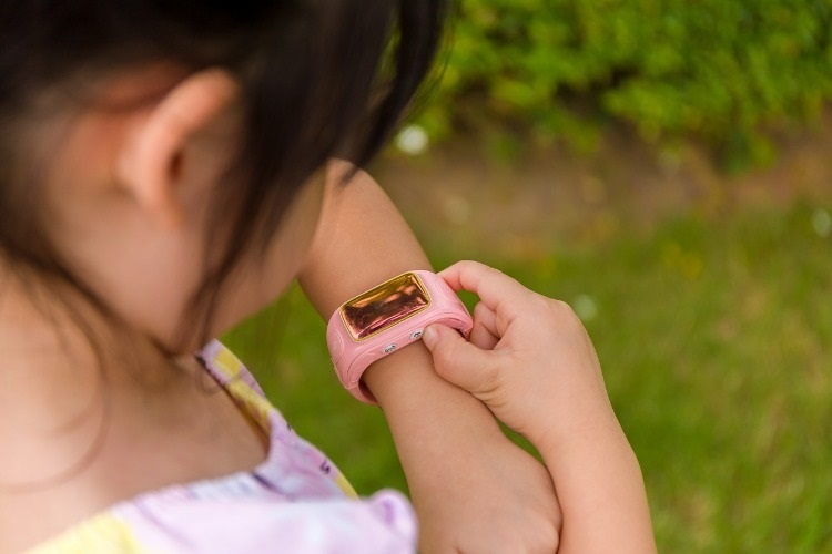 child-using-smartwatch-or-smart-watch-child-with-smartwatch-picture-id488691768