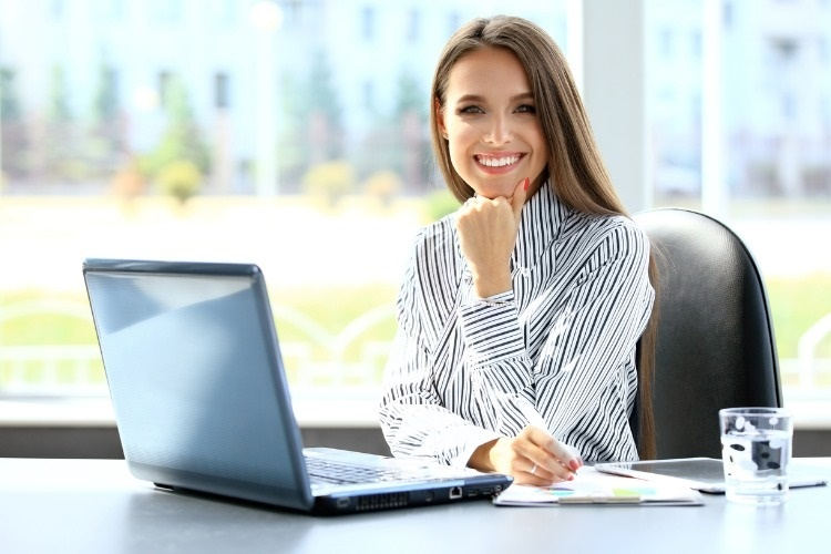business-woman-working-on-laptop-computer-picture-id501287738