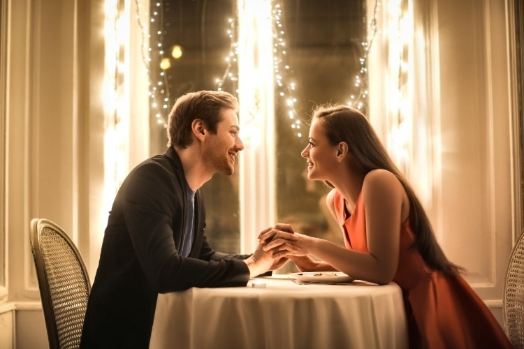 sweet-couple-having-a-romantic-dinner-picture-id860821478_02