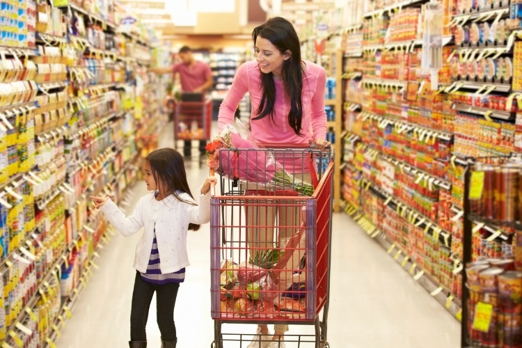 mother-and-daughter-walking-down-grocery-aisle-in-supermarket-picture-id171572120_01