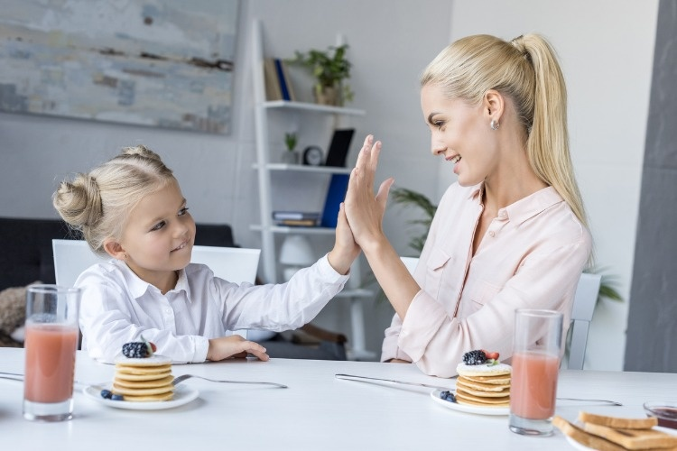 mother-and-daughter-having-breakfast-picture-id844412982