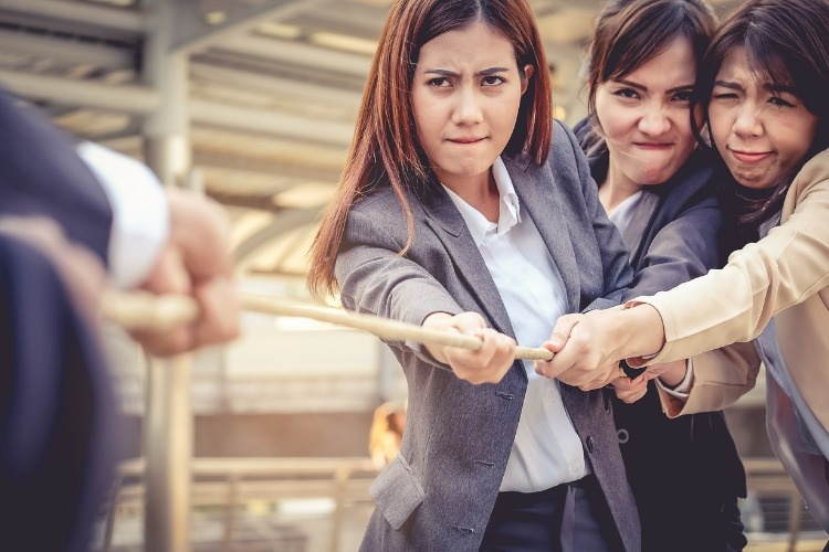 business-women-help-pull-the-rope-against-the-business-man-concept-is-picture-id825119138