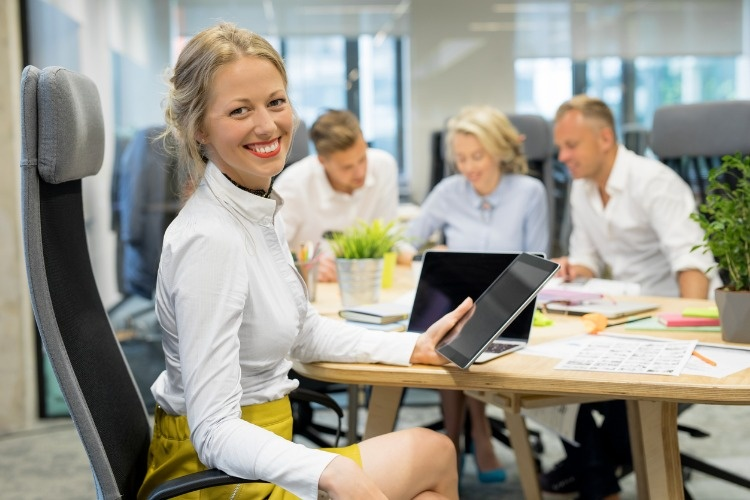 happy-woman-in-office-working-in-group-picture-id882193352