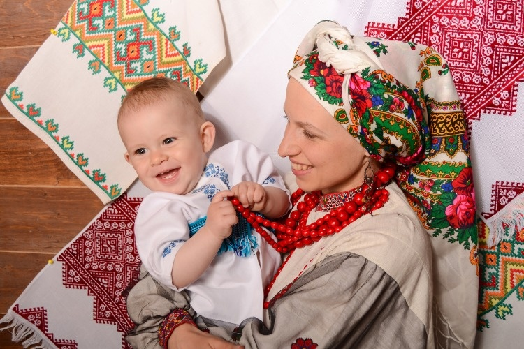 ukrainian-mother-and-child-in-national-costumes-picture-id813697486