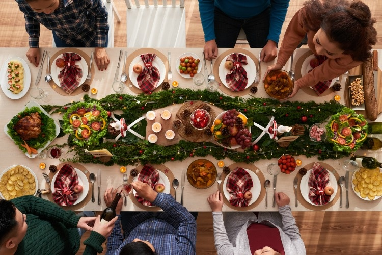 christmas-dinner-picture-id875252984