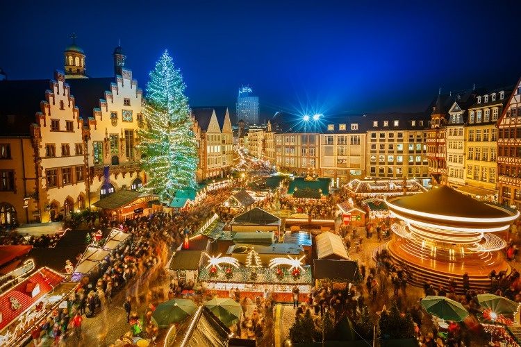 christmas-market-in-frankfurt-picture-id520625727