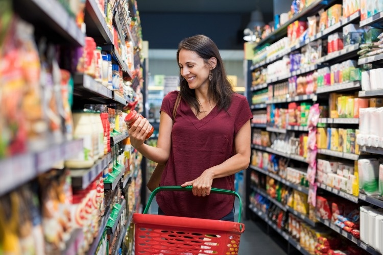 smiling-woman-at-supermarket-picture-id693280644