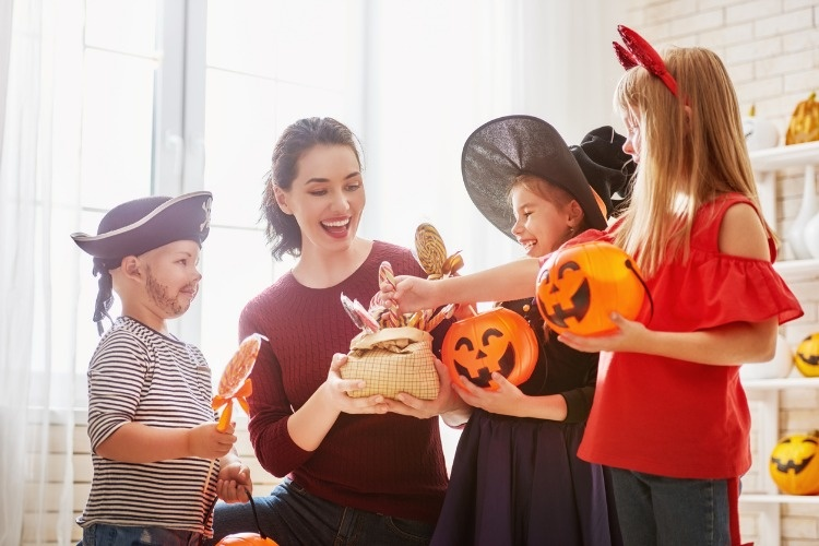 family-celebrating-halloween-picture-id842891204