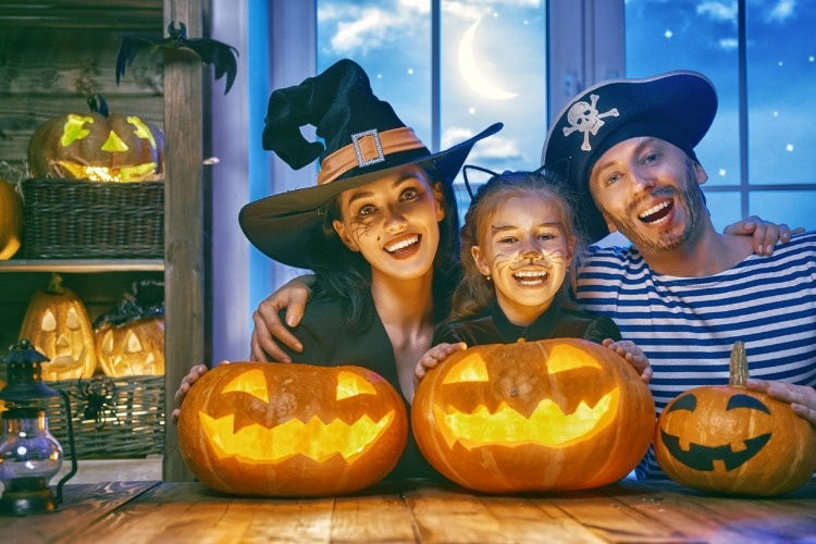 family-celebrating-halloween-picture-id860136660_01