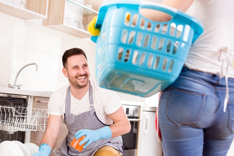 young-couple-doing-chores-together-picture-id909196132