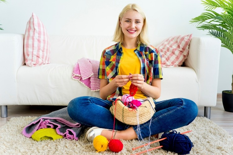girl-knitting-at-home-picture-id883012638_02