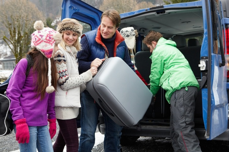 family-unloading-luggage-from-van-outside-chalet-picture-id177375421_01