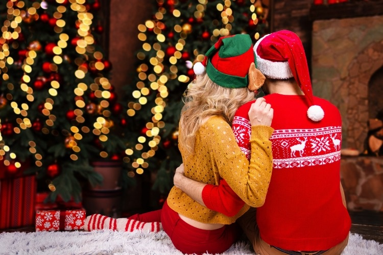 couple-in-love-before-christmas-eve-and-2019-happy-new-year-picture-id1072007378_01