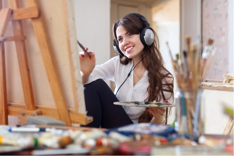 girl-in-headphones-paints-with-oil-colors-on-canvas-picture-id468716857_1_02