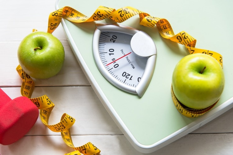 green-apple-with-weight-scale-and-measuring-tape-for-the-healthy-diet-picture-id872082360_01