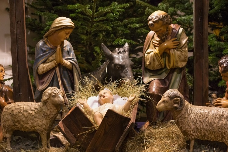 traditional-christmas-nativity-scene-picture-id884227770