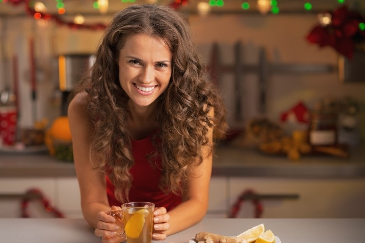 woman-drinking-ginger-tea-in-christmas-decorated-kitchen-picture-id524197119