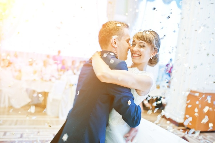 first-wedding-dance-with-golden-confetti-picture-id674589620_01