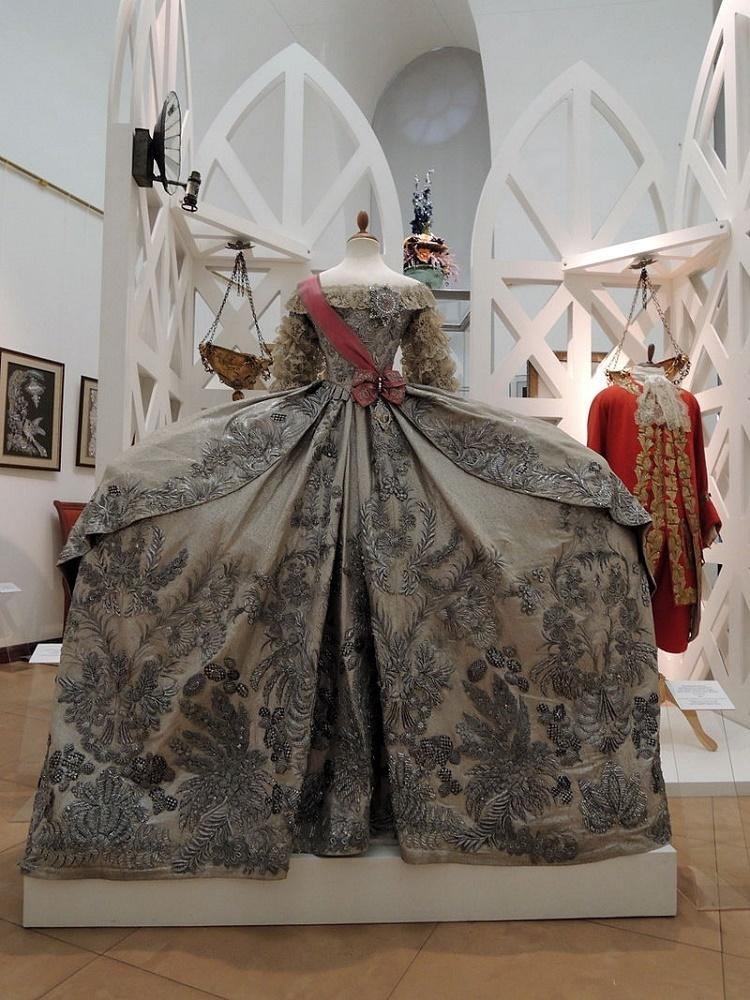 replica_of_catherine_iis_wedding_dress_1745_by_mkht_school-studio_02_by_shakko