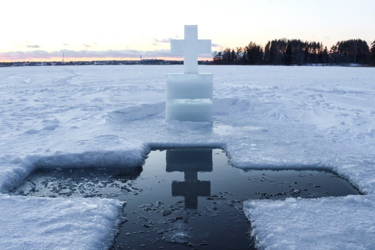 ice-cross-hole-and-a-cross-in-winter-picture-id1082351242_01