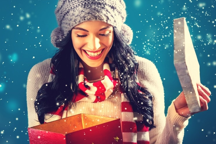 happy-young-woman-with-christmas-present-box-picture-id882405776_01