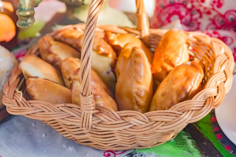 wicker-basket-with-small-russian-pies-picture-id940399588