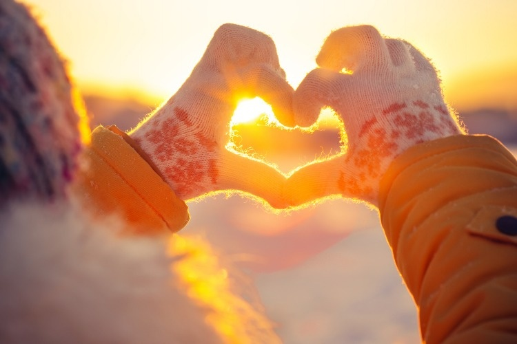 woman-hands-in-winter-gloves-heart-symbol-picture-id1028892946_02